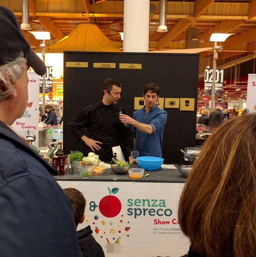 Matthew spiega le sue ricette contro lo spreco durante lo ShowCooking che abbiamo organizzato insieme a Cuisine Collectif